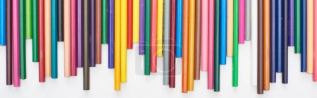 Foto de Toma panorámica de lápices de colores brillantes aislados en blanco - Imagen libre de derechos