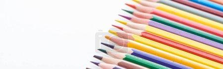 Photo pour Vue panoramique de crayons de couleur rangée isolée sur blanc - image libre de droit