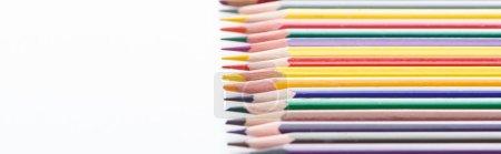 Photo pour Tir panoramique de la ligne de crayons de couleur aiguisée sur le blanc - image libre de droit