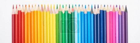 Photo pour Vue panoramique du spectre arc-en-ciel réalisée avec une rangée droite de crayons de couleur isolés sur du blanc - image libre de droit