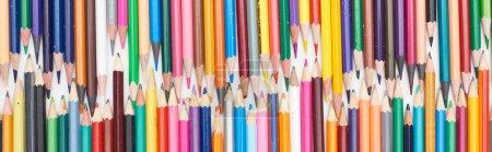 Photo pour Plan panoramique de deux lignes de crayons de couleurs de tailles différentes - image libre de droit