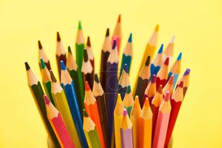 Photo pour Crayons de couleur aiguisés et lumineux isolés sur jaune - image libre de droit