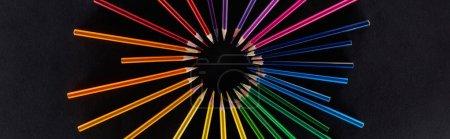 Photo pour Vue panoramique du spectre arc-en-ciel circulaire réalisée avec des crayons de couleur isolés sur du noir - image libre de droit