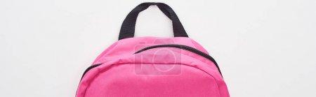 Photo pour Tir panoramique du sac d'école rose lumineux fermé d'isolement sur le blanc - image libre de droit