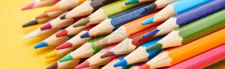 Photo pour Extrémités aiguisées de crayons de couleur sur fond jaune - image libre de droit