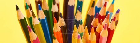 Photo pour Plan panoramique de crayons de couleurs vives à bout aiguisé isolés sur du jaune - image libre de droit
