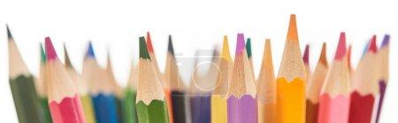 Photo pour Plan panoramique de crayons de couleurs vives à bout aiguisé isolés sur du blanc - image libre de droit