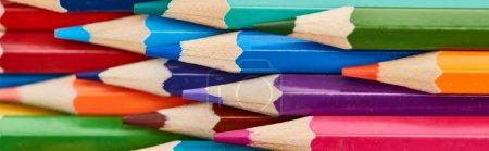 Photo pour Plan panoramique de crayons de couleur en bois avec des extrémités aiguisées - image libre de droit