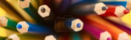 Photo pour Tir panoramique des crayons de couleur lumineuse d'extrémité aiguisée - image libre de droit
