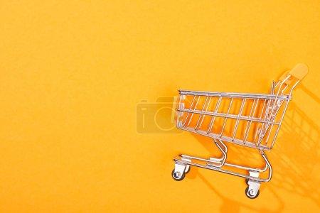 Photo pour Vue du dessus du panier vide sur fond orange vif - image libre de droit