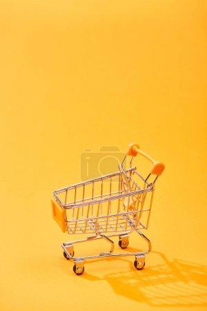 Photo pour Petit panier vide sur le fond orange lumineux - image libre de droit