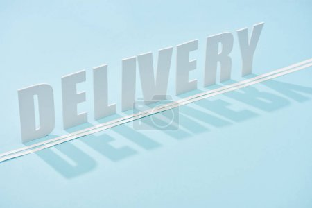 Photo pour Inscription de livraison blanche avec ombre et double ligne sur fond bleu avec espace de copie - image libre de droit