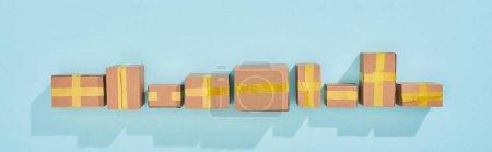 Photo pour Plan panoramique de boîtes postales miniatures sur fond bleu avec espace de copie - image libre de droit