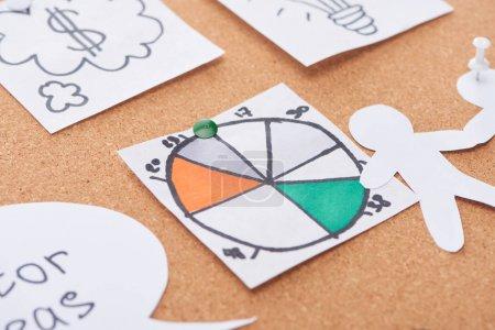 Photo pour Carte de papier avec graphique circulaire coloré épinglé sur le carton de bureau en liège - image libre de droit