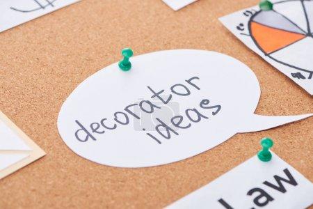 Photo pour Carte de papier avec des idées décorateur lettrage épinglé sur le carton de bureau en liège - image libre de droit