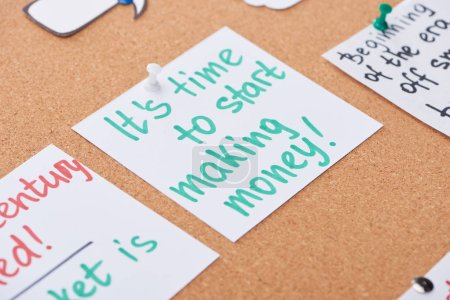 Photo pour Carte de papier avec le message de motivation de travail épinglé sur le panneau de bureau de liège - image libre de droit