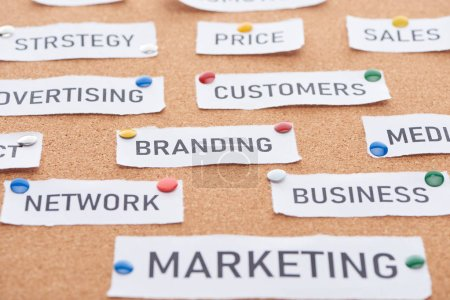 Photo pour Carte de papier avec le prix, la publicité, les ventes, les clients, l'image de marque, le réseau, les affaires et le marketing lettrage épinglé sur le carton de bureau en liège - image libre de droit