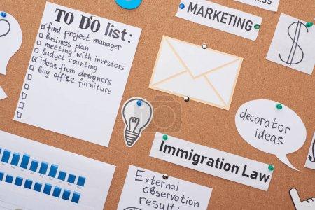 Foto de Vista superior de las tarjetas con notas de tareas pendientes ancladas en el tablero de corcho de oficina - Imagen libre de derechos
