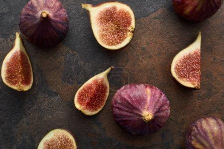 Photo pour Vue de dessus de figues entières mûres et coupées délicieuses sur fond de pierre - image libre de droit