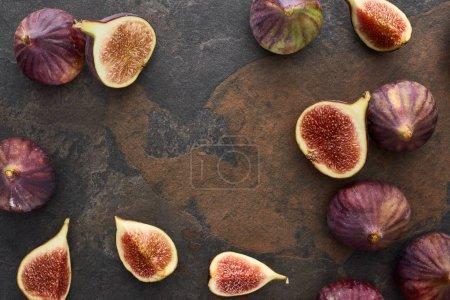 Photo pour Vue supérieure de l'ensemble frais et des figues délicieuses coupées sur le fond en pierre - image libre de droit