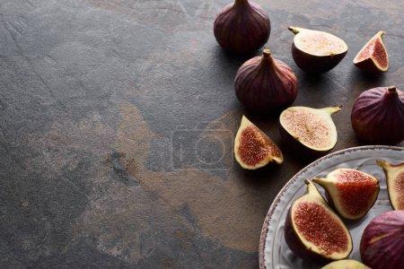 Photo pour Figues entières mûres et coupées délicieuses sur fond de pierre blanche - image libre de droit