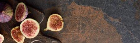 Photo pour Coup panoramique des figues mûres sur la planche à découper en bois brun sur le fond en pierre - image libre de droit