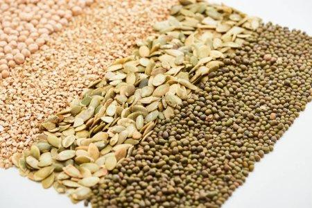 Photo pour Haricots mungo verts, graines de citrouille, pois chiches et sarrasin cru isolés sur blanc - image libre de droit