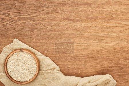 Foto de Vista superior del tazón con granos sobre la superficie de madera con lona - Imagen libre de derechos