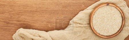 Foto de Foto panorámica de tazón con quinua sobre superficie de madera con lona - Imagen libre de derechos