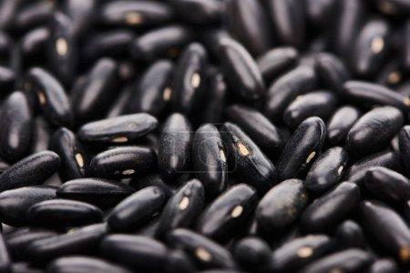 Photo pour Fermer la vue vers le haut des haricots noirs organiques crus - image libre de droit