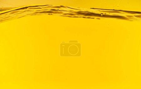 Foto de Aguas profundas onduladas y claras sobre fondo brillante amarillo - Imagen libre de derechos