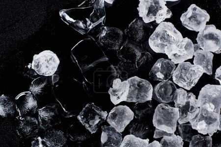 Photo pour Vue du haut des glaçons congelés frais isolés sur le noir - image libre de droit