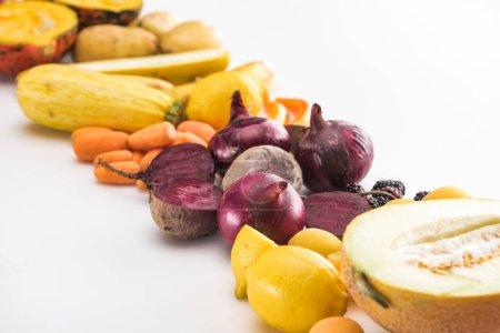 Photo pour Oignons rouges, betteraves, carottes, citrons, courgettes et melon moitié sur fond blanc - image libre de droit