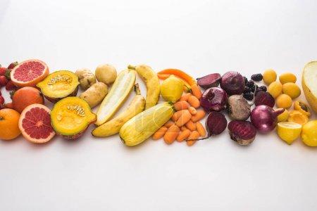 Photo pour Vue du haut des oignons rouges, betteraves, carottes, pommes de terre, abricots, melon, bananes, citrouille de courgette et pamplemousse sur le fond blanc - image libre de droit