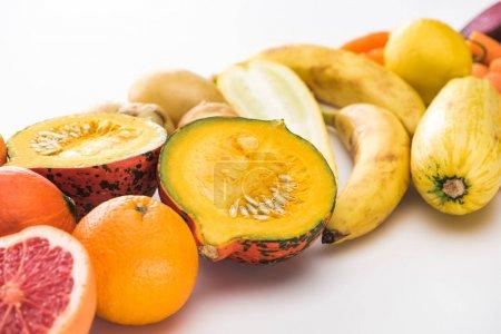 Photo pour Oranges, citrouille, bananes, courgettes, citron sur fond blanc - image libre de droit
