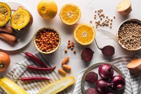 Photo pour Vue du dessus de l'assiette avec légumes de saison, fruits et baies sur la surface du marbre - image libre de droit