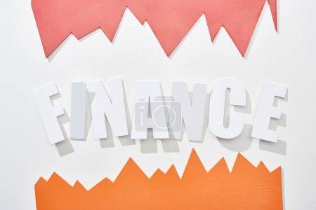 Foto de Vista superior de la inscripción financiera con gráficos estadísticos naranjas y rosas sobre fondo blanco - Imagen libre de derechos