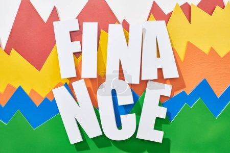 Foto de Vista superior de la inscripción financiera sobre fondo blanco con gráficos estadísticos multicolor - Imagen libre de derechos