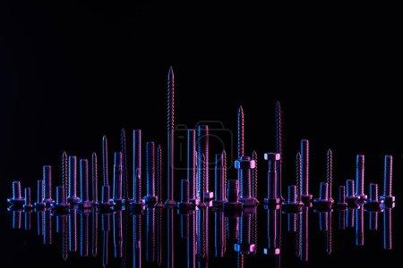Photo pour Diverses vis métalliques violettes isolées sur le noir avec l'espace de copie - image libre de droit