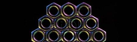 Photo pour Coup panoramique de grosses noix métalliques isolées sur le noir - image libre de droit