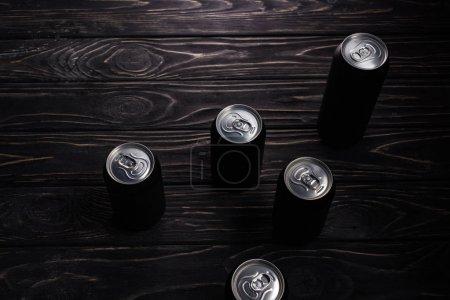 Foto de Latas de aluminio de cerveza sobre mesa de madera con espacio de copia - Imagen libre de derechos