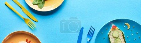 Photo pour Vue supérieure des plats avec le petit déjeuner d'enfants de fantaisie près des couverts sur le fond bleu, projectile panoramique - image libre de droit