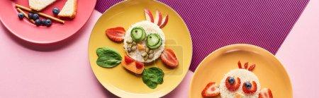 Photo pour Vue de dessus des assiettes avec des animaux de fantaisie faits de nourriture sur fond rose et violet - image libre de droit