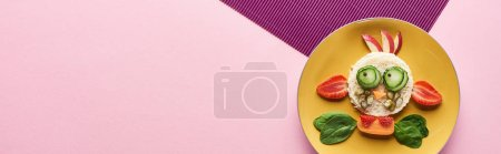 Photo pour Vue de dessus de la plaque avec vache de fantaisie faite de nourriture sur fond rose et violet - image libre de droit
