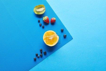 Photo pour Vue supérieure des fruits mûrs frais sur le fond bleu - image libre de droit