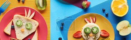 Photo pour Vue de dessus des assiettes avec des animaux de fantaisie faits de nourriture sur fond bleu et jaune, vue panoramique - image libre de droit