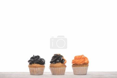 Photo pour Délicieux petits gâteaux orange et noirs d'Halloween isolés sur le blanc - image libre de droit