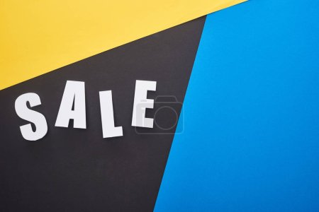 Photo pour En haut du lettrage de vente sur fond bleu, jaune et noir - image libre de droit