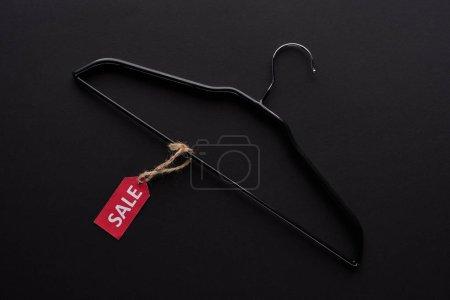 Photo pour Vue du haut du cintre avec étiquette de vente sur fond noir - image libre de droit