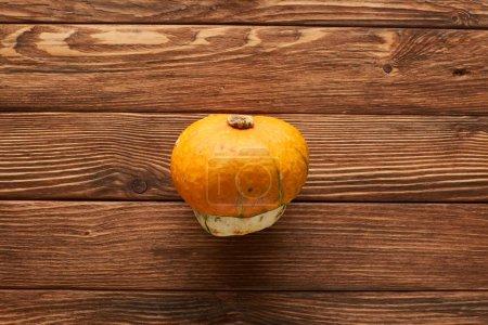 Photo pour Vue supérieure de la citrouille fraîche mûre sur la surface en bois avec l'espace de copie - image libre de droit